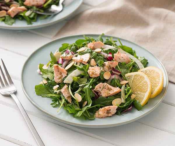 Photo of - Salade chaude au saumon avec vinaigrette au citron, à l'aneth et aux agrumes