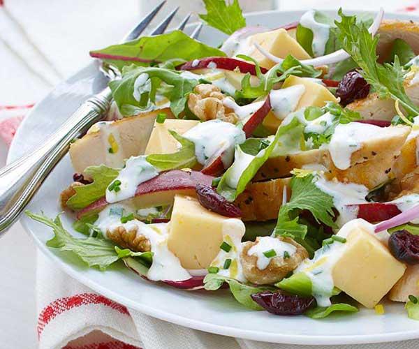 Photo of - Salade Cobb de poulet et de poires avec sauce crémeuse aux fines herbes