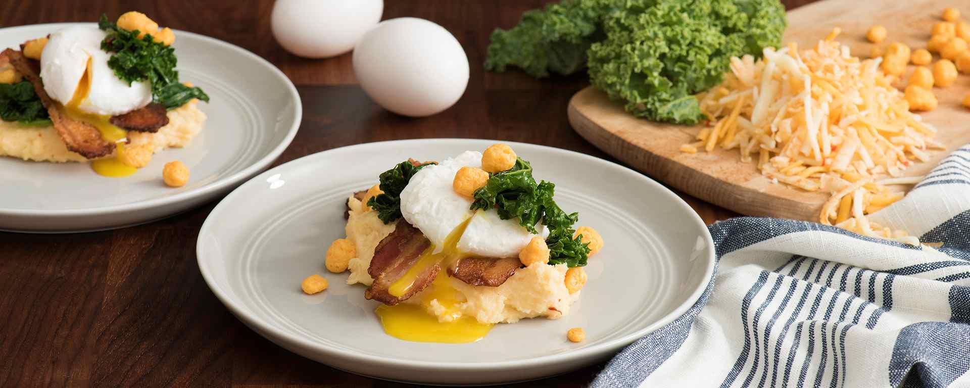 Photo for - Gruau de maïs fromagé avec œuf poché, légumes verts épicés et bacon au poivre