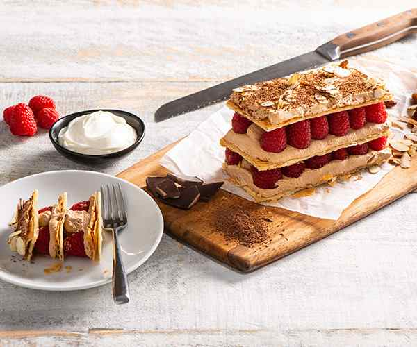 Photo of - Mille-feuille à la crème sure, au chocolat et à la framboise