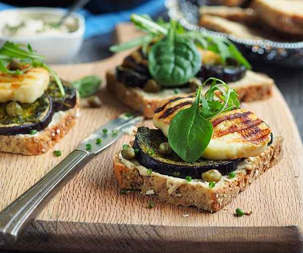 Photo of - Tartine aux légumes rôtis avec pesto à la roquette et fromage halloumi grillé